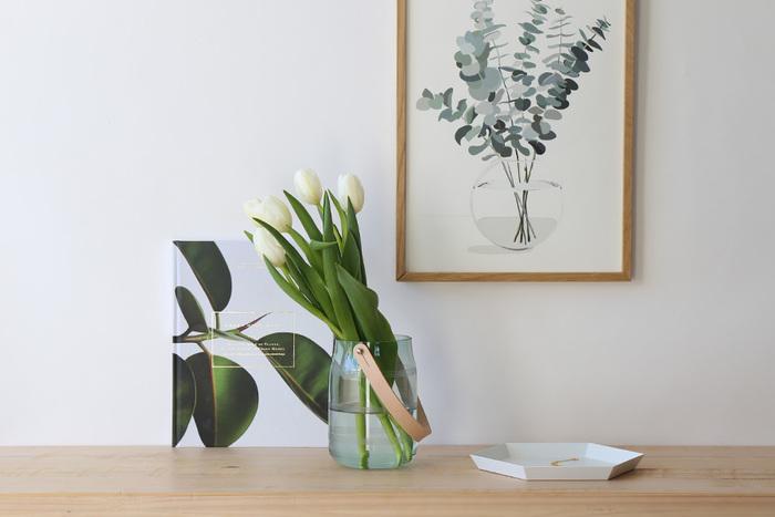 チューリップは丈の長いお花なので、ある程度長さを残した方がかっこよく決まります。丈の長いお花を生けるときは、安定感のあるどっしりとした花器を使うとお花の重さでひっくり返ってしまうことがありません。