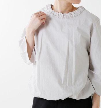 ギャザーネックが大人可愛いプルオーバーシャツ。ふんわりした表情が、春にぴったり♪どんなシーンにも合う、さりげなさがいいですね。パンツでもスカートでもしっくりとなじみます。