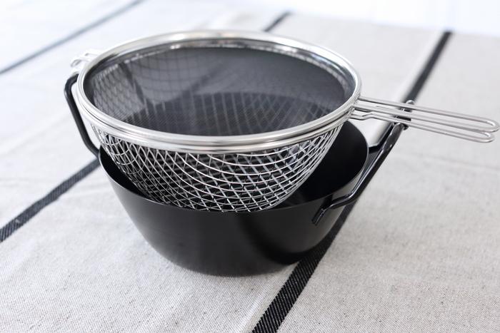 料理研究家の有本葉子さんが考案した揚げもの専用鍋。揚げものはそんなにしないし、収納の場所も取るから専用のお鍋なんて…と思われるかもしれませんが、この揚げ鍋を手に入れたら、揚げものへのハードルがぐっと下がるはず。お鍋、揚げかご、油はね防止ネットの3つがセットになっていて、特に油はね防止ネットが優れもの。