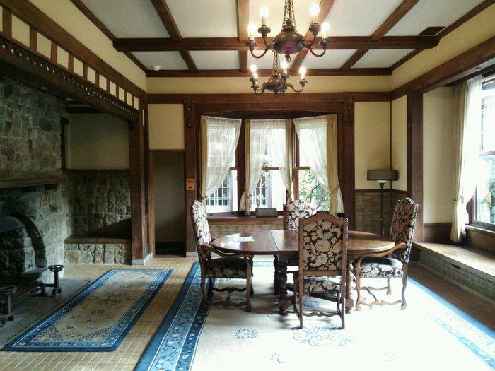 館内は見学が可能。日本の伝統的な建築様式が残されている本館と離れは、旅館として使われていた時代もあり、太宰治や谷崎潤一郎、志賀直哉などの文豪に愛されていました。洋館には日本、中国、欧州などの装飾・様式が用いられ、美しい色合いと独特の風合いが見られます。写真はダイニングルームです。