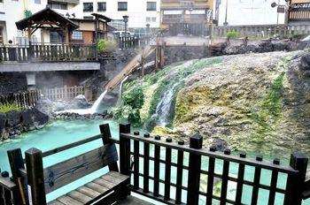 お医者様でも草津の湯でも恋の病は治りゃせぬよ♪の草津節で有名な群馬県の草津温泉。毎分32,300リットルという日本一豊富な湯量を誇る、まさに天下の名湯です。
