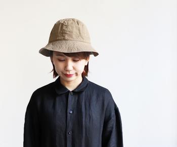 「YAECA WRITE(ヤエカ ライト)」のこちらのシンプルなハットは、コットンリネンを使って作られたシワ感がポイントのアイテムです。上品にもカジュアルにも、合わせる洋服によって表情を変えてくれるので、スタイリングを深く考えることなく使える優秀アイテムです。