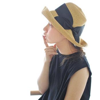 「abu(アブ)」のハットは、ペーパー製の繊維を使って作られているストローハット風の帽子。大きめにあしらわれたリボンが特徴的で、レディ感たっぷりのアイテムに仕上がっています。ツバの部分を下ろしたり折り返したりして、好みのシルエットを作ることができるのも魅力ですね。