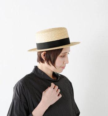 「Chapeaugraphy(シャポーグラフィー)」の麦ブレードカンカン帽は、シンプルコーデの良いアクセントになってくれる帽子。どんなスタイリングにもこちらのカンカン帽を合わせるだけで、グッと季節感と旬度がアップします。シンプルにもガーリーにも、合わせやすいアイテムです。