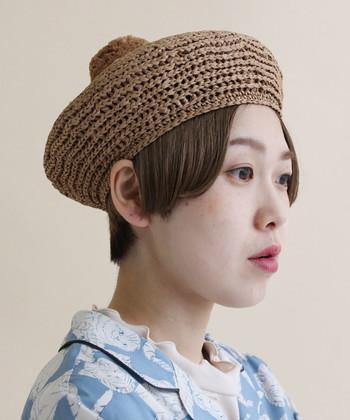 「didizizi(ディディジジ)」のベレー帽は、ラフィアという軽くて柔らかい素材で作られたアイテム。ベレーのトップには大ぶりなポンポンがあしらわれていて、大人ナチュラルな中にキュートさが盛り込まれています。素材には柔軟性もあるので、被りやすさもひとつの魅力です。