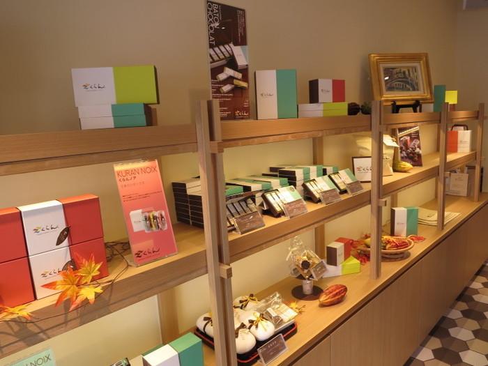 日本人の嗜好に合わせて作られているくらんのチョコレート。淡い色合いのラッピングが施されたお土産コーナーはとても人気があります。老若男女に好かれている鎌倉発のチョコレート専門店です。