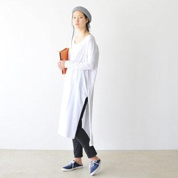 軽やかで春らしい印象のリネン素材のベレー帽は「atelier brugge(アトリエブルージュ)」のアイテム。秋冬のイメージが強いベレー帽も、風通しの良いリネン素材のものを選べば春夏でも大活躍してくれます。  白のロングTシャツに、細身のパンツを合わせたスタイリング。ラフなアイテム同士の組み合わせでも、ベレー帽を頭にちょこんと乗せるだけで、瞬時にスタイリッシュなコーデにアップデート♪