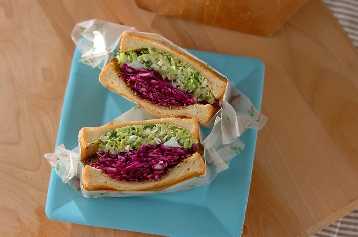 紫キャベツとブロッコリーのコントラストが美しいサンドイッチ。あとからオイルペーパーで包んで落ち着かせるので、挟むときはこれでもか!とギュギュッと詰めちゃいましょう。