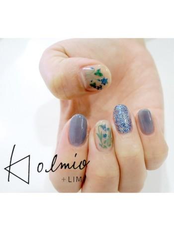 キキョウの花をモチーフに、落ち着いたブルーと組み合わせた大人っぽいデザイン。涼しげな指先を演出できます。
