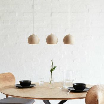 テーブルの上に3つ並んだライトが、柔らかな温もりを感じさせる印象に。コロンとした丸いフォルムがキュートで、ナチュラルな中にも上品さが漂っています。