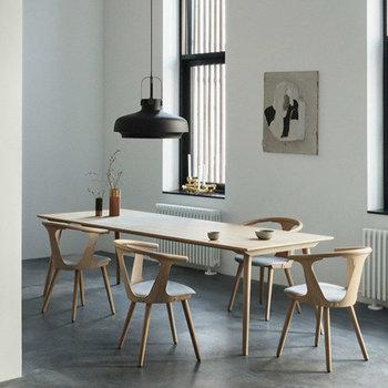 ダイニングテーブルの上に、黒のコペンハーゲンライトを設置。柔らかい色を基調としたナチュラルな空間だからこそ、黒の照明の重厚感とモダンさが引き立ちます。