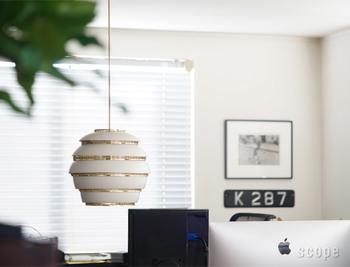 """「Artek(アルテック)」のペンタントライトは、2種類の金属の層がまるで蜂の巣のように見えることから""""BEEHIVE(ビーハイブ)""""と呼ばれています。まるでオブジェのようなデザインの照明は、明るさよりもインテリアを重視したいお部屋に設置したいライトですね。"""