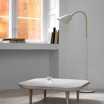 """「& tradition(アンドトラディション)」の""""Bellevue(ベルビュー)""""は、デザインの巨匠とも呼ばれるアルネ・ヤコブセンが80年以上も前にデザインした照明です。見た目の美しさだけでなく、使いやすさにもこだわったこちらのスタンドライトは、無駄を省いたそのシンプルさが世界中で人気に。"""