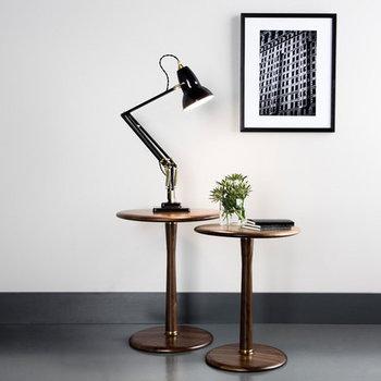2つ並べたテーブルの上にライトを乗せて、もう1つのテーブルを照らすための照明に。テーブルランプは部屋やデスク上を明るくするだけでなく、インテリアの空間作りにも一役買ってくれるアイテムなんです。