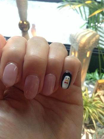 シンプルできれいめな、ピンク系のワンカラーネイルですが、小指だけペンギンが!シンプルだけじゃ物足りない人におすすめの、おちゃめなデザインです。
