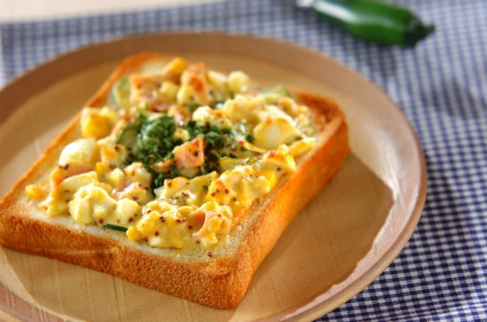 潰したゆで卵をパンに乗せてトーストしたホットたまごトーストレシピ。こちらもゆで卵を寝る前に作っておけば、朝パパッと乗せて焼くだけで簡単です。一日をより頑張りたい時にいただきたいレシピです。