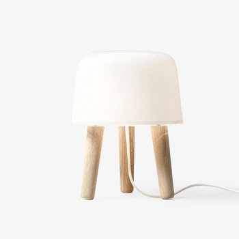 """ころんとした丸みを帯びたフォルムがとってもキュートな、「& tradition(アンドトラディション)」の""""Milk(ミルク)テーブルランプ""""。ミルキーカラーのオパールグラスと3本の木の脚が組み合わさったデザインは、北欧風やナチュラルテイストのインテリアにぴったり。"""