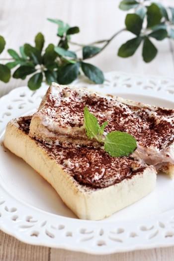 あらかじめ作っておいたティラミスクリームをトーストにたっぷり塗って頂くティラミストースト。ブラックのコーヒーと一緒にいただきたい、大人のスイーツトーストレシピです。