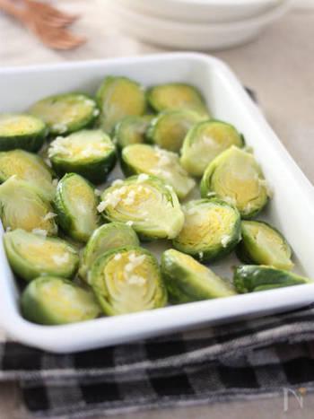 琺瑯容器に芽キャベツを並べてニンニクをぱらり。そしてオリーブオイルを回しかけたものをフライパンにそのまま入れて、蒸すだけの簡単レシピ。春のおもてなしにもオススメのレシピです。