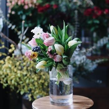 いろいろな種類のお花を一緒にアレンジして、ブーケに。淡い色味でまとめたお花はとても上品なイメージです。