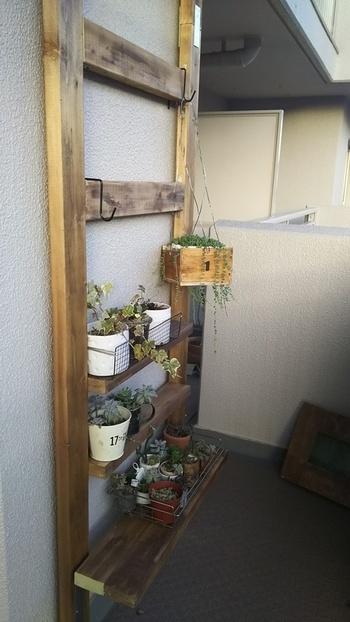 壁面には原状回復させやすいディアウォールもおすすめです。小さなスペースでも壁面を大きく使えるので収納力もバツグン。床は広さを保てるので、置いてあるものを動かさなくても布団干しなど簡単にできる点も◎
