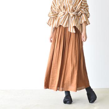 柔らかなヴィンテージサテン生地がふわりと風に揺れる、大人っぽいギャザースカート。お散歩に出かけたくなる、軽やかな一枚です。合わせるトップスもいろいろと遊べそう。