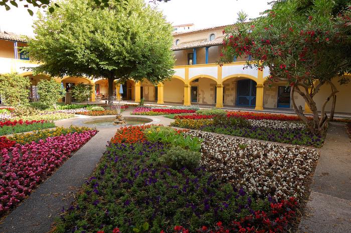 また、アルルは、ゴッホが描いた「アルルの病院の中庭」「ファンゴッホの寝室」「アルルの女」「夜のカフェテラス」「アルルの跳ね橋」などの有名絵画が完成した場所でもあります。ゴッホが晩年を過ごした病院、エスパス・ヴァン・ゴッホでは100年前に描かれた「アルルの病院の中庭」と変わらない景色が広がっています。