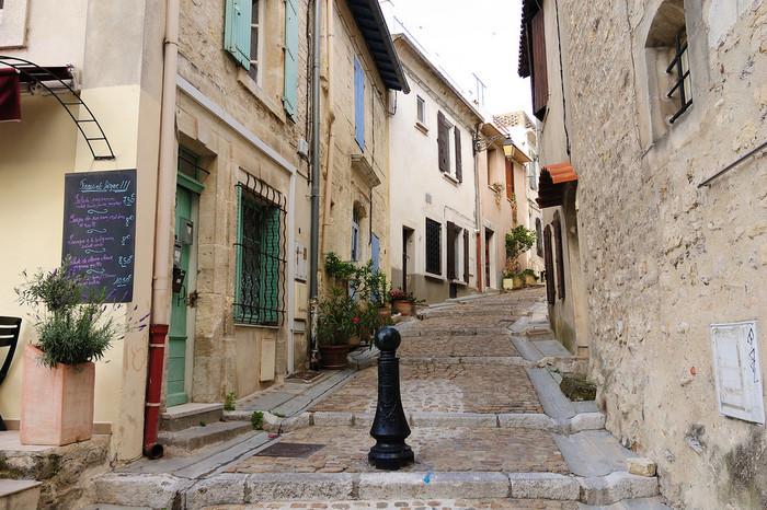 石畳が敷かれた旧市街の路地は、中世の面影を色濃く残しています。風情ある路地の両横には、古い家々が軒を連ねており、そぞろ歩きを楽しんでいると、数世紀前にタイムスリップしたかのような気分を覚えるほどです。