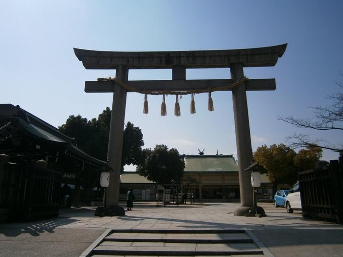 """大阪最古の総鎮守として崇拝され、縁切りだけでなく縁結びのご利益も強い、明るいパワーに満ちた""""生國魂神社""""。地元の人から「いくたまさん」と呼ばれ親しまれ、心願成就にご利益がある大阪最強のパワースポットです。"""