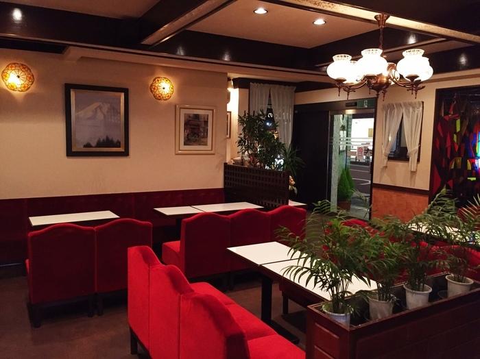 赤いビロードの椅子、白いレースのカーテン、レトロなシャンデリアなどノスタルジックな店内はほっとひと息つくのにぴったり。箱根観光で立ち寄るべき名店です。