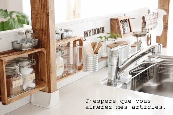 キッチンにディアウォールで棚を作ったら、木材に木箱を取り付けてみましょう。デットスペースも有効に使えます。