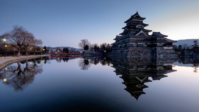 市内も見どころが多く、安土桃山時代の末期から江戸時代初期に建造され、現存する五重六階の天守として日本最古の城として有名な国宝松本城。