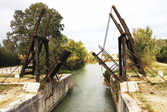 アルルの街の郊外にあるヴァン・ゴッホ橋は、ゴッホの名画「アルルの跳ね橋」のモデルとなった橋です。現在の橋は1960年に復元されたものなので、絵画と全く同じ風景ではありませんが、プロヴァンス地方の美しい田園風景を眺めながら、晩年のゴッホの生活を偲ぶことができます。