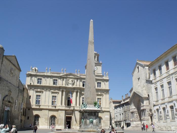 サン・トロフィーム教会に面したレパブリック広場は、アルル旧市街の中心地です。噴水のある広場は、観光客だけでなく、地元の人々にとっても憩いの場となっています。