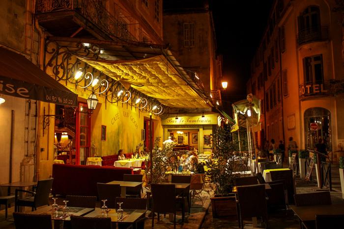 ゴッホがこの地で制作に励んだ時から、1世紀以上もの歳月を経ていますが、夜になるとカフェ・ヴァン・ゴッホでは、ゴッホが描いた油絵そのままの景色が眼前に現れます。静かな佇まいをした中世の面影を色濃く残す夜景の美しさに魅せられながら、晩年のゴッホの生活に想いを馳せてみてはいかがでしょうか。
