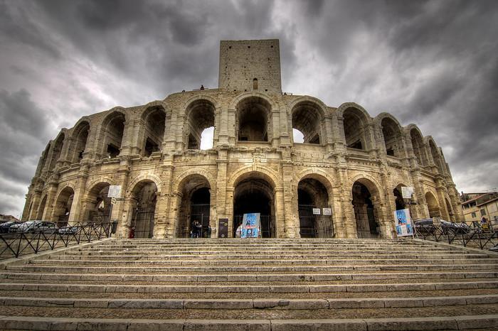 アルル旧市街にある円形闘技場は、紀元前1世紀頃に作られたもので、フランスにある円形闘技場としては最大もののとなります。