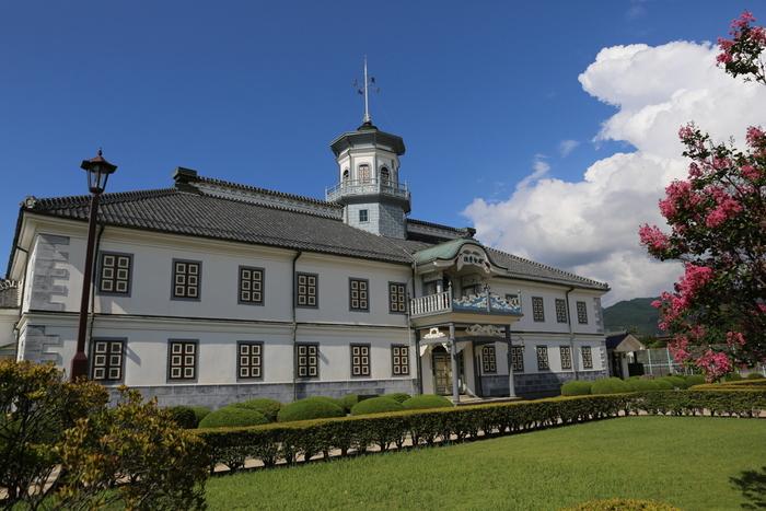 重要文化財にも指定され、日本で最も古い小学校である旧開智学校(画像)や、同じく重要文化財である旧松本高等学校の校舎を利用したあがたの森文化会館など、市内には歴史的建造物が多く残っています。