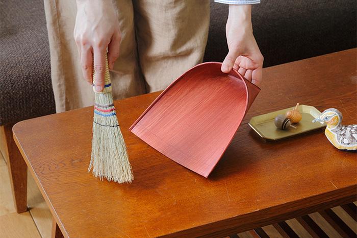 床に沿うようしならせることができるので、細かなゴミも取り逃しません。また、天然素材なので静電気が起こりにくく、ホコリが張り付くことなく、ゴミ箱の中へスッと落ちます。