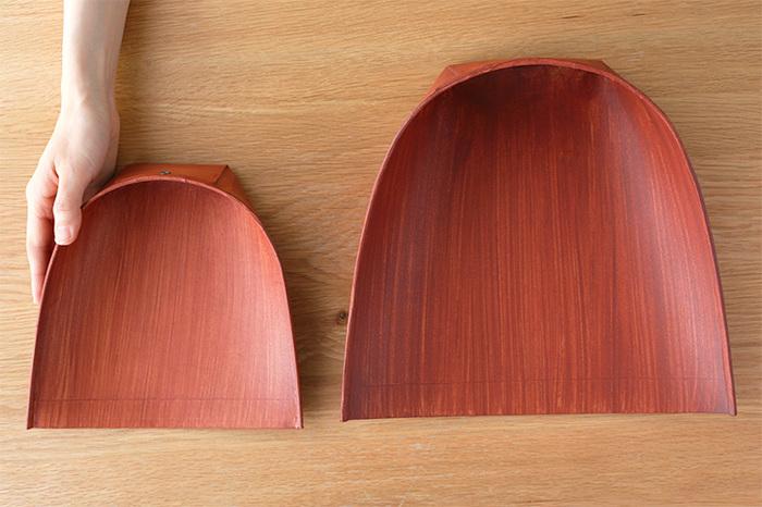 """見た目も美しい""""はりみ""""は、創業二百年近い江戸箒の老舗「白木屋傳兵衛」の「ちりとり」です。厚紙を貼り合わせ、柿渋を塗って作られています。"""