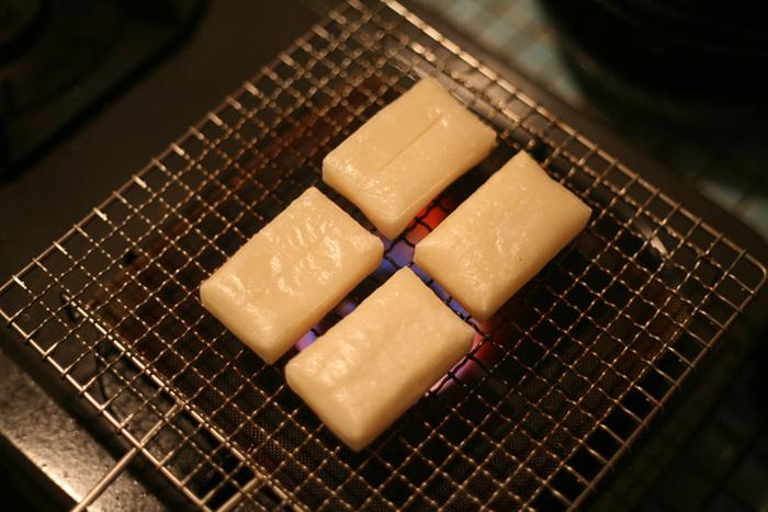 目の細かい焼き網受けが直火を和らげ、熱をまんべんなく広げるため、じっくりと火が通って美味しくなるんです!お餅を焼くのにもピッタリですね。