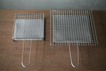 """平安時代から続く京都の老舗「辻和金網」から、人気の""""手付き焼き網""""をご紹介します。グリルやオーブンがなかった時代には、このような「焼き網」を使って魚や野菜などを焼いていました。"""