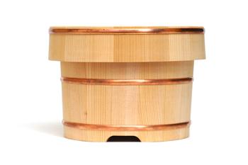 ごはんを美味しく保存してくれる、昔ながらの「おひつ」。「東屋」のおひつは、樹齢百年を超える木曽さわらの貴重な柾目材だけを使用しており、優れた耐水性と、高い吸水性が特徴です。