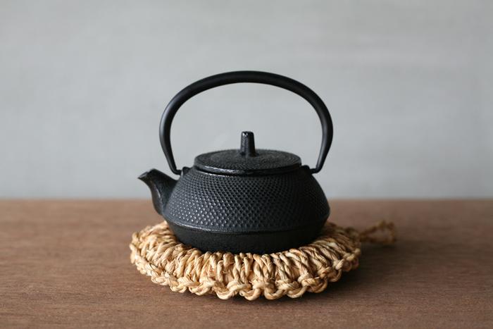 時間とともに、味わい深い茶褐色へと変化していくところも魅力のひとつ。先ほどご紹介した「鉄瓶」にもお似合いです。毎日の食卓に、手仕事のぬくもりを取り入れてみませんか?