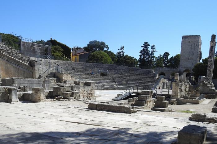 アルルの歴史は古く、紀元前6世紀頃ギリシア人によって築かれた街です。その後、ローマ人によって紀元前123年に街が占領され、地中海に繋がる運河が建設されたことによって、地中海交易の要所として栄えました。現在もアルルには、円形闘技場、古代劇場といった古代ローマ遺跡がたくさん残っており、さながら南フランスのローマといった趣があります。