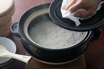 炊きあがったごはんは、このとおり!米粒にゆっくりと火が通って、ふっくら、つやつや。昔ながらのかまどで炊いたような、もっちりとしていて、とても甘みが強い美味しいごはんが味わえます。