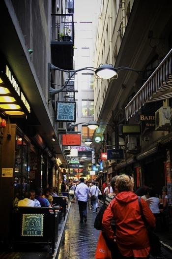 メルボルンは、オーストラリアのコーヒーとカフェ文化の中心地でもあります。レーンウェイという屋根付きの小道アーケードには、ファッショナブルなカフェやレストラン、バーがずらりと立ち並び、ヨーロッパの町へやってきたような感覚になります。