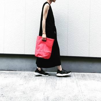 パッと目を引く赤のバッグ。シンプルなコーデに赤のバッグを持つと、すごく映えるんです。赤のバッグを引き立たせるために、他のアイテムをワンカラーでまとめるのがコツ。