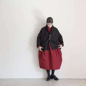 主役になる服といえばワンピース。赤のワンピースは女性だからこそ着られるアイテムです。黒と合わせると、大人っぽく着こなせますよ。