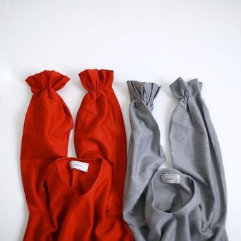 トップスも赤で決まり!可愛らしい袖が特徴のニットです。白のインナーを襟元や袖口からのぞかせると、爽やかに着こなせます。
