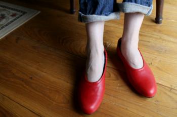 足元を赤にすると、カジュアルなコーデも大人っぽく見せることができます。シンプルなパンプスは、赤で遊び心を入れてみて。